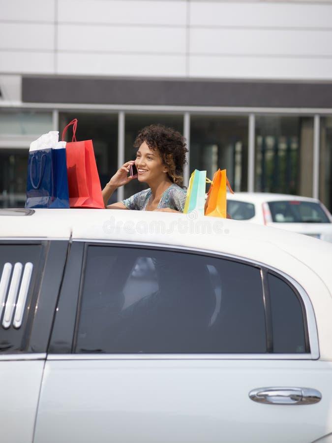 Γυναίκα στο κινητό τηλέφωνο στοκ φωτογραφία με δικαίωμα ελεύθερης χρήσης