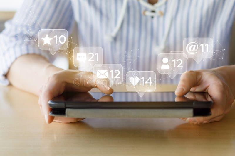 Γυναίκα στο κοινωνικό δίκτυο μέσων στοκ εικόνες με δικαίωμα ελεύθερης χρήσης