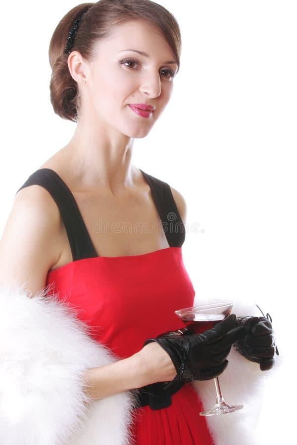 Γυναίκα στο κόκκινο με το κοκτέιλ στοκ φωτογραφία με δικαίωμα ελεύθερης χρήσης