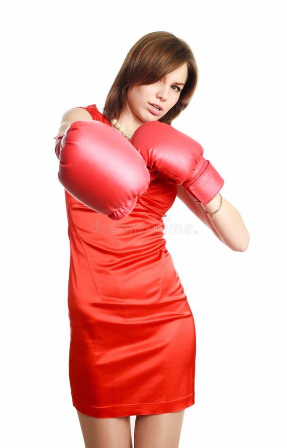Γυναίκα στο κόκκινο, που φορά τα εγκιβωτίζοντας γάντια στοκ εικόνες