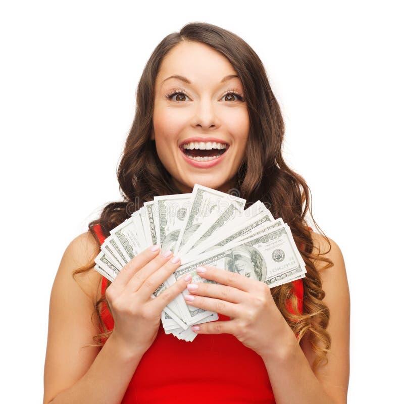 Γυναίκα στο κόκκινο φόρεμα με τα χρήματα αμερικανικών δολαρίων στοκ εικόνες με δικαίωμα ελεύθερης χρήσης