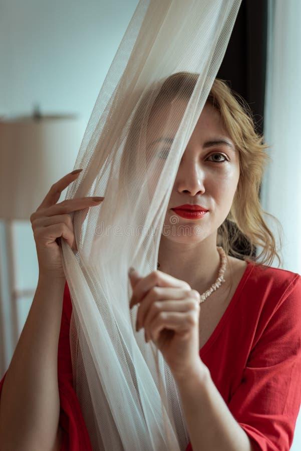 Γυναίκα στο κόκκινο φόρεμα στοκ εικόνες