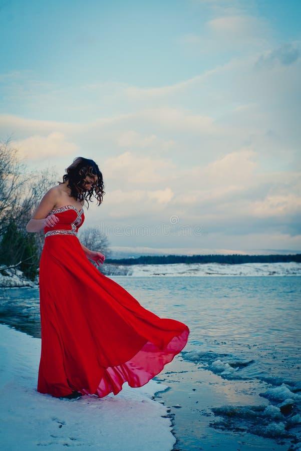 Γυναίκα στο κόκκινο φόρεμα Σιβηρία, νερό πάγου, χειμώνας, πολύ κρύος στοκ φωτογραφίες