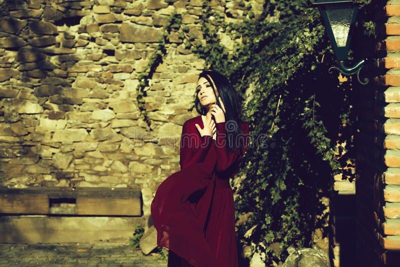 Γυναίκα στο κόκκινο φόρεμα υπαίθριο στοκ εικόνες με δικαίωμα ελεύθερης χρήσης