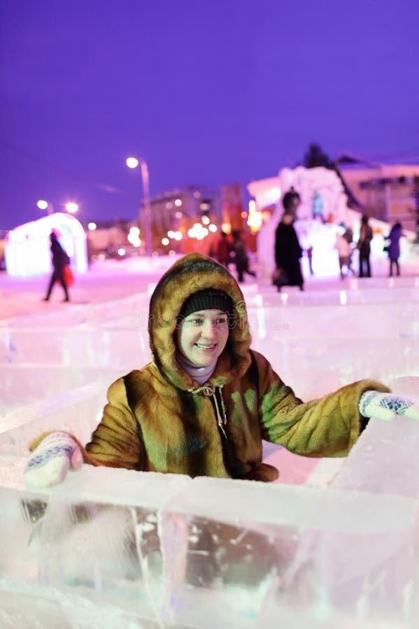 Γυναίκα στο λαβύρινθο πάγου στοκ εικόνες