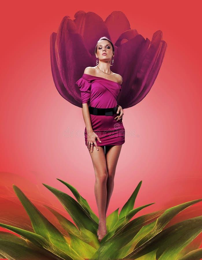 Γυναίκα στο λουλούδι στοκ φωτογραφία με δικαίωμα ελεύθερης χρήσης