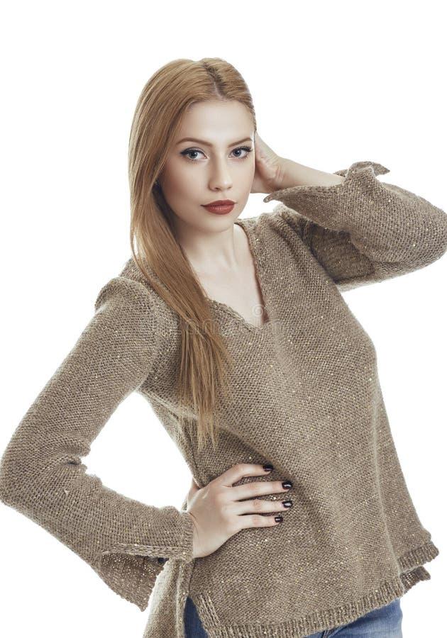 Γυναίκα στο μάλλινο πουλόβερ στοκ εικόνες