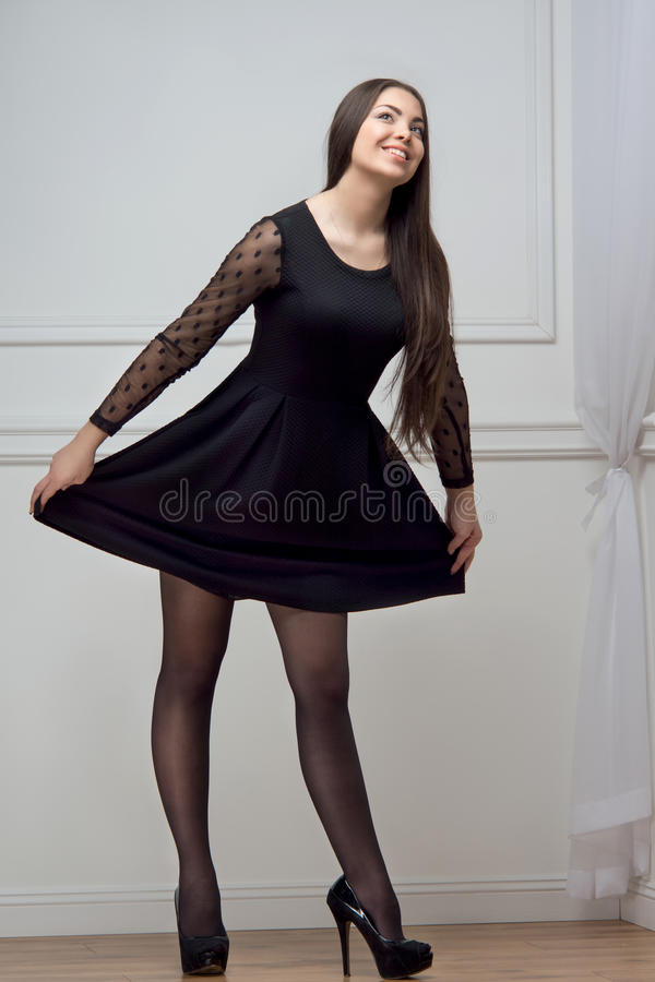 Γυναίκα στο μαύρο πλήρες μήκος φορεμάτων στοκ φωτογραφία με δικαίωμα ελεύθερης χρήσης