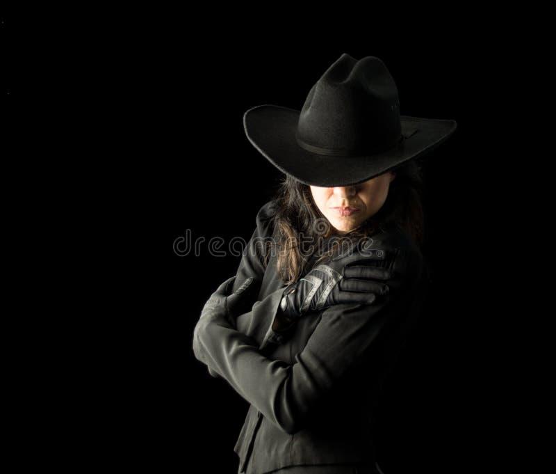 Γυναίκα στο μαύρο φορώντας καπέλο κάουμποϋ στοκ εικόνα με δικαίωμα ελεύθερης χρήσης