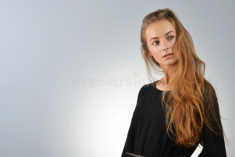 Γυναίκα στο μαύρο φόρεμα στοκ φωτογραφία