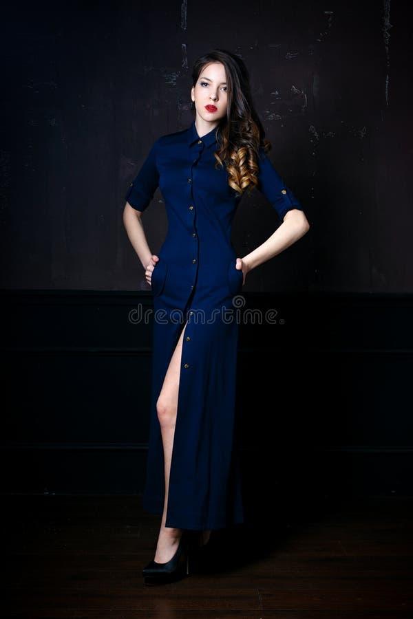 Γυναίκα στο μπλε ναυτικό φόρεμα στοκ εικόνες με δικαίωμα ελεύθερης χρήσης