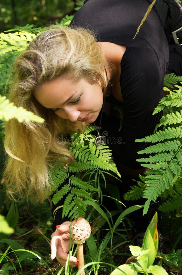 Γυναίκα στο ξύλα toadstool στοκ φωτογραφία