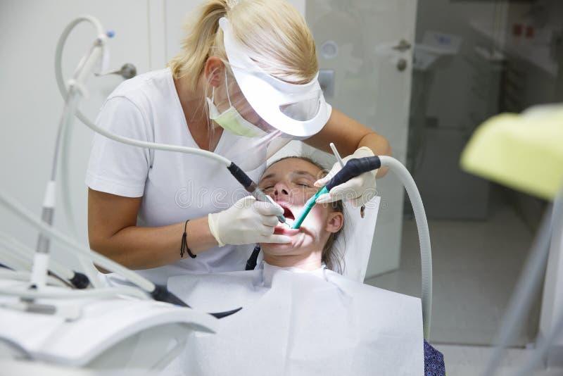Γυναίκα στο οδοντικό γραφείο στοκ εικόνες με δικαίωμα ελεύθερης χρήσης