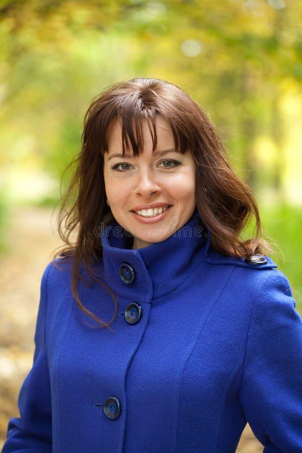 Γυναίκα στο πάρκο φθινοπώρου στοκ φωτογραφίες με δικαίωμα ελεύθερης χρήσης
