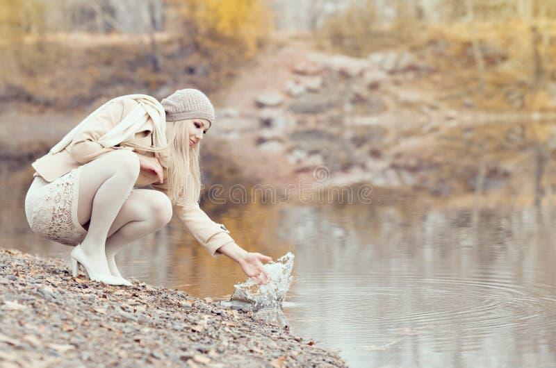Γυναίκα στο πάρκο στοκ εικόνα με δικαίωμα ελεύθερης χρήσης