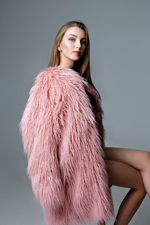 Γυναίκα στο παλτό γουνών στοκ εικόνα με δικαίωμα ελεύθερης χρήσης