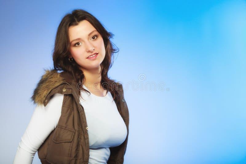 Γυναίκα στο περιστασιακό γιλέκο όμορφο κορίτσι μόδας ανασκόπησης που απομονώνεται άσπρος χειμώνας στοκ εικόνα με δικαίωμα ελεύθερης χρήσης