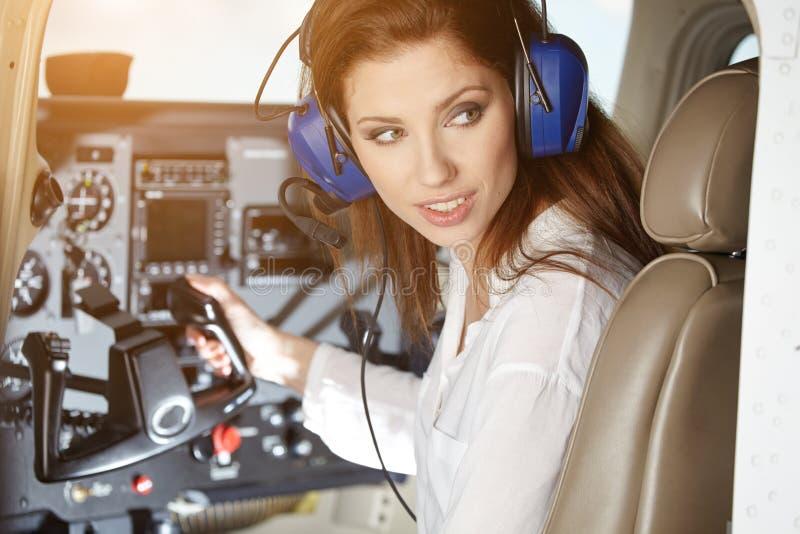 Γυναίκα στο πιλοτήριο στοκ φωτογραφία με δικαίωμα ελεύθερης χρήσης