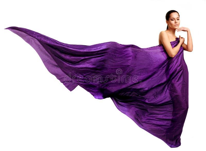 Γυναίκα στο πορφυρό μακρύ φόρεμα στοκ εικόνες