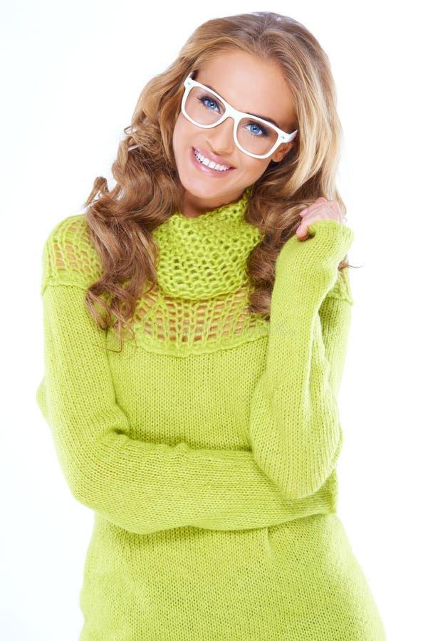 Γυναίκα στο πράσινο θερμό πουλόβερ και τα άσπρα γυαλιά στοκ φωτογραφίες με δικαίωμα ελεύθερης χρήσης