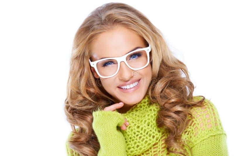 Γυναίκα στο πράσινο θερμό πουλόβερ και τα άσπρα γυαλιά στοκ εικόνα