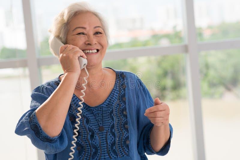 Γυναίκα στο τηλέφωνο στοκ φωτογραφίες με δικαίωμα ελεύθερης χρήσης
