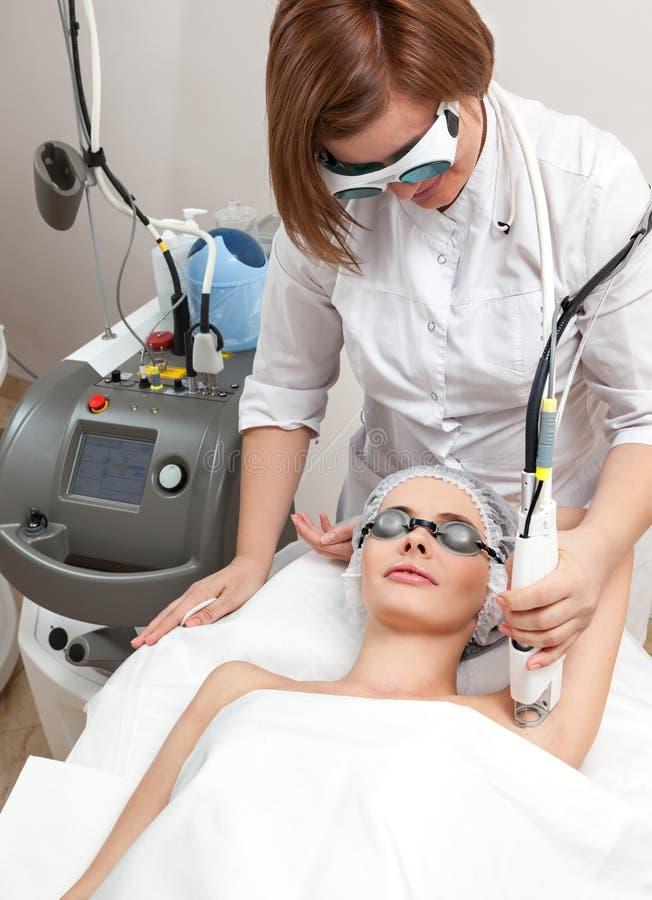 Γυναίκα στο υγιές beauty spa σαλόνι στοκ φωτογραφίες με δικαίωμα ελεύθερης χρήσης