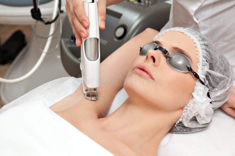 Γυναίκα στο υγιές beauty spa σαλόνι στοκ εικόνα με δικαίωμα ελεύθερης χρήσης