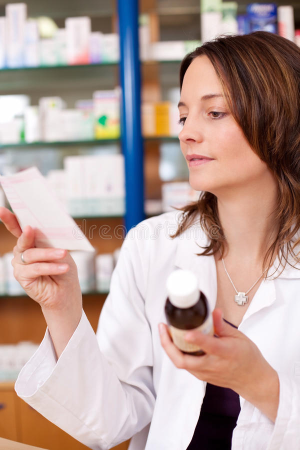 Γυναίκα στο φαρμακείο που διαβάζει την ιατρική συνταγή στοκ φωτογραφίες με δικαίωμα ελεύθερης χρήσης
