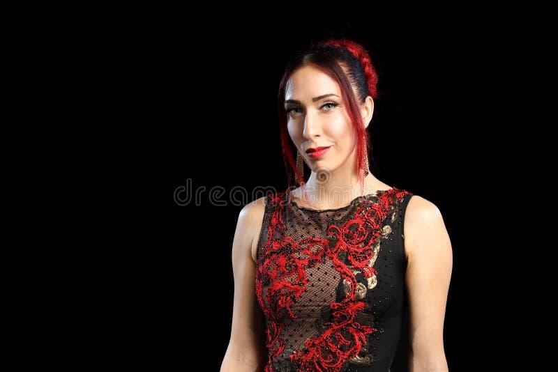 Γυναίκα στο φόρεμα βραδιού με το makeup που απομονώνεται στο μαύρο υπόβαθρο στοκ εικόνες