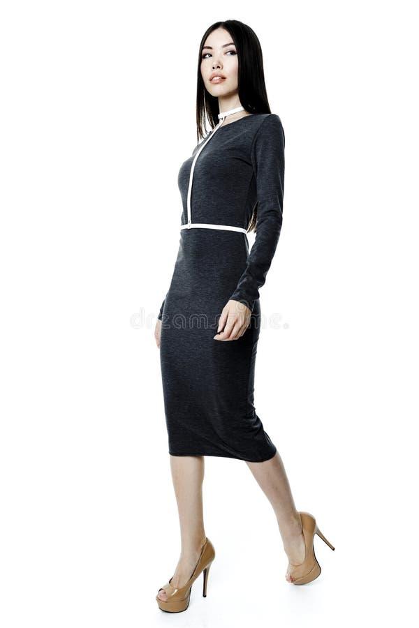 Γυναίκα στο φόρεμα και τη ζώνη στοκ φωτογραφία με δικαίωμα ελεύθερης χρήσης