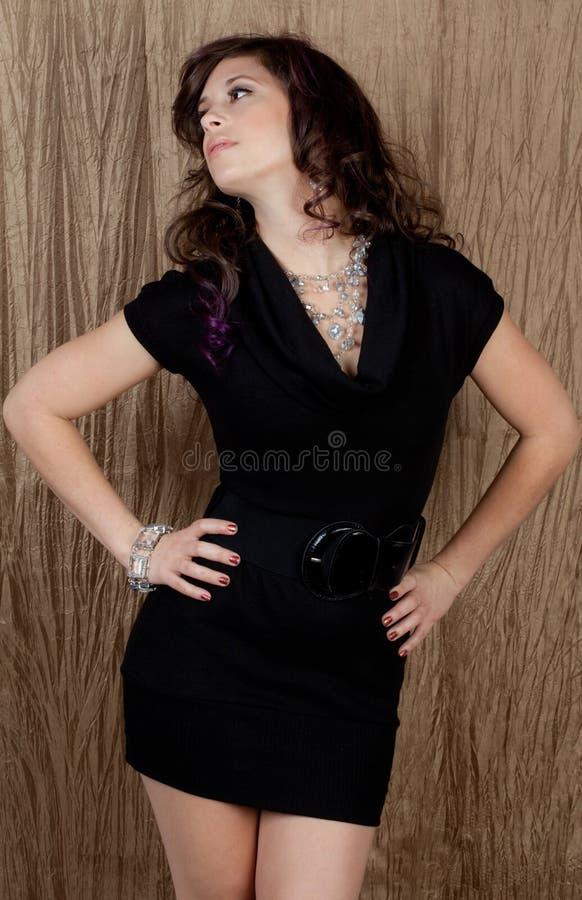 Γυναίκα στο φόρεμα και το κόσμημα στοκ εικόνες
