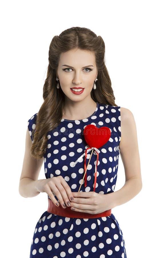 Γυναίκα στο φόρεμα σημείων Πόλκα με την καρδιά, αναδρομική καρφίτσα κοριτσιών επάνω στην τρίχα Styl στοκ εικόνες με δικαίωμα ελεύθερης χρήσης