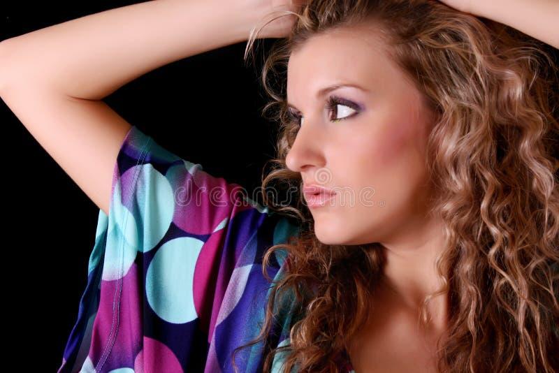 Γυναίκα στο φόρεμα χρώματος στοκ φωτογραφίες
