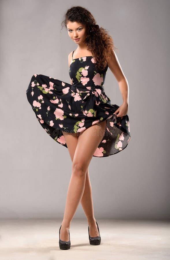 Γυναίκα στο φόρεμα pinup στοκ εικόνα με δικαίωμα ελεύθερης χρήσης