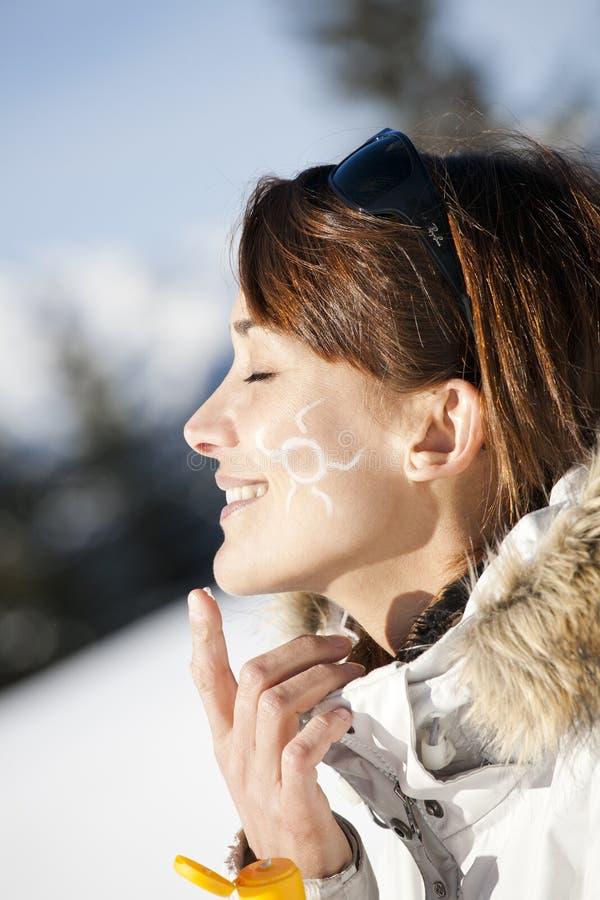 Γυναίκα στο χιόνι με έναν μικρό ήλιο στο μάγουλό της στοκ φωτογραφίες με δικαίωμα ελεύθερης χρήσης