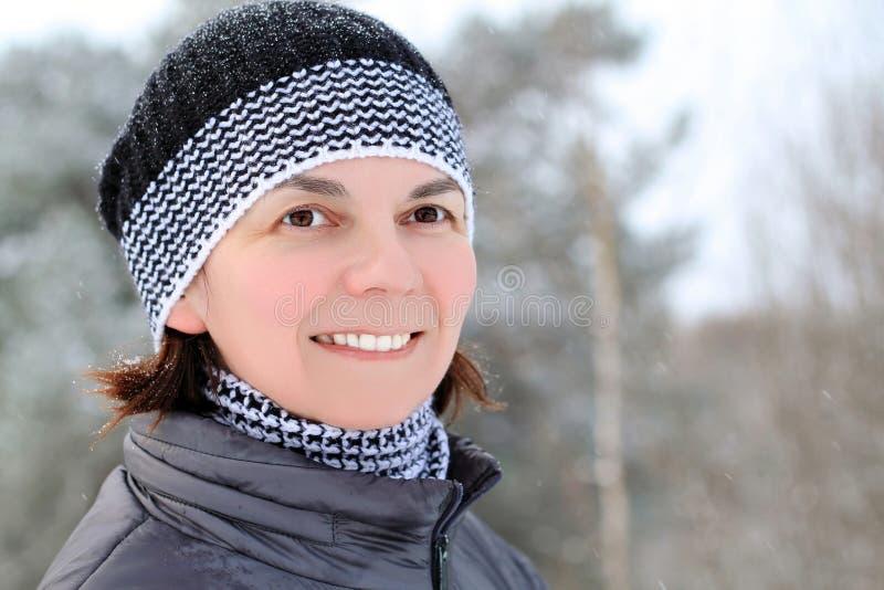 Γυναίκα στο χιόνι στοκ εικόνα με δικαίωμα ελεύθερης χρήσης