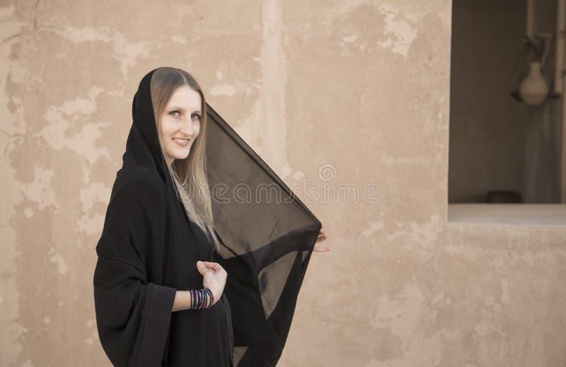 Γυναίκα στο abaya στο κάστρο Jabrin στοκ φωτογραφία με δικαίωμα ελεύθερης χρήσης