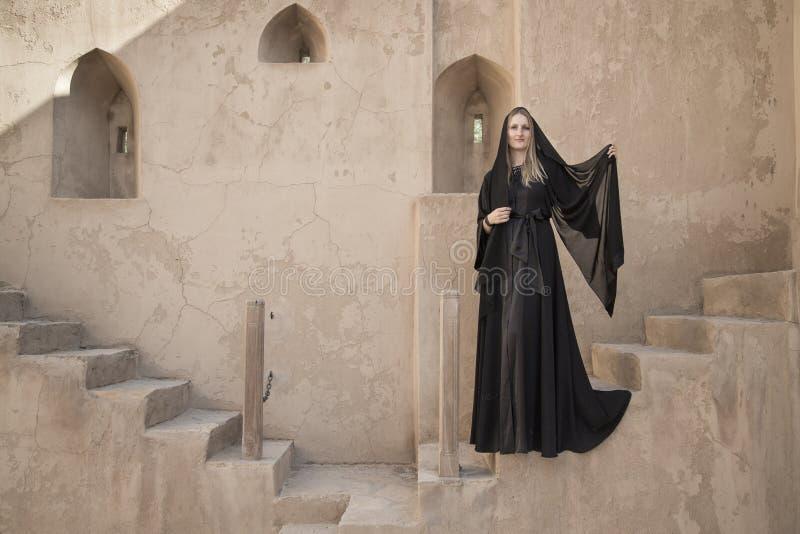 Γυναίκα στο abaya στο κάστρο Jabrin στοκ εικόνες με δικαίωμα ελεύθερης χρήσης