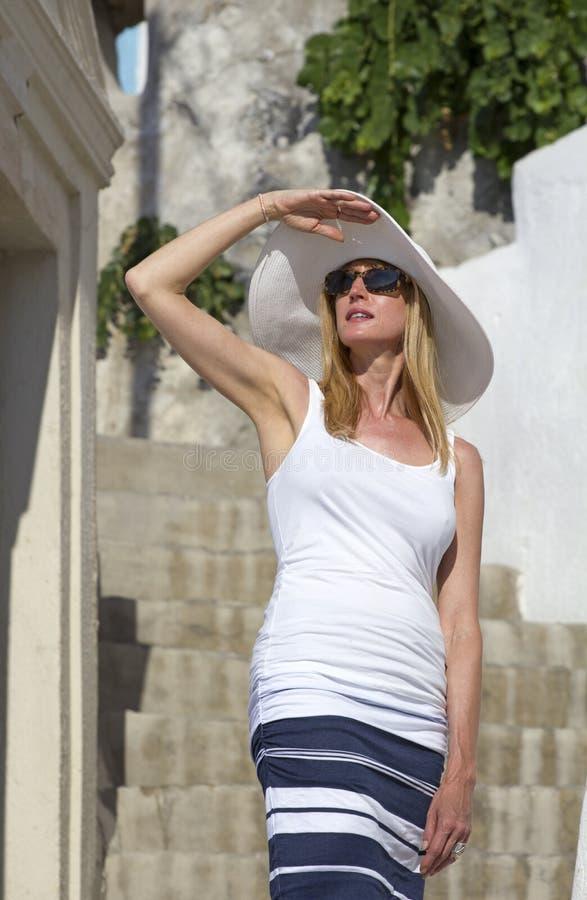 Γυναίκα στο santorini στοκ φωτογραφίες με δικαίωμα ελεύθερης χρήσης