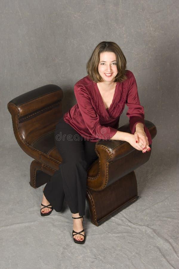 γυναίκα συνεδρίασης δέρματος εδρών στοκ φωτογραφίες με δικαίωμα ελεύθερης χρήσης