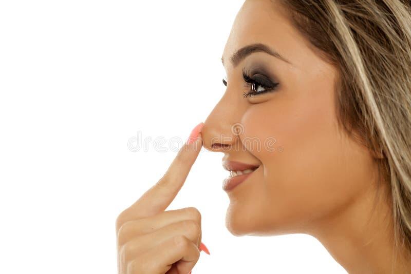 Γυναίκα σχετικά με τη μύτη της στοκ φωτογραφία με δικαίωμα ελεύθερης χρήσης