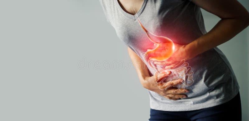 Γυναίκα σχετικά με το στομάχι επίπονο από το στομαχόπονο στοκ εικόνα