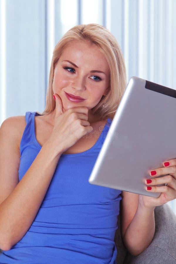 γυναίκα ταμπλετών ανάγνωσης υπολογιστών στοκ φωτογραφίες