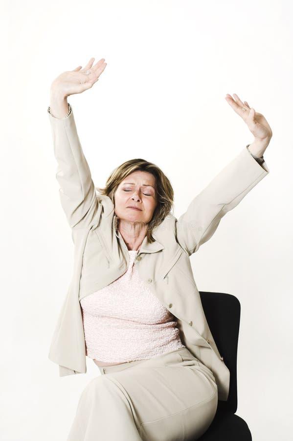 γυναίκα τεντώματος επιχειρησιακών εδρών στοκ φωτογραφία