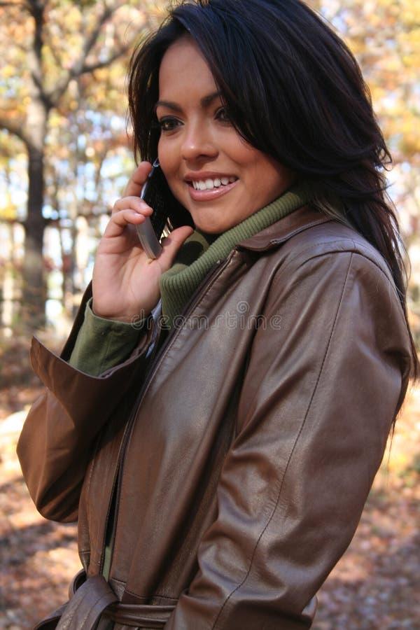Download γυναίκα τηλεφωνικής σκη&n στοκ εικόνα. εικόνα από χαμόγελο - 1543607