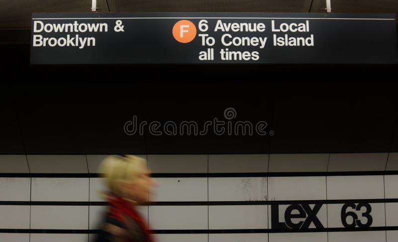 Γυναίκα της Νέας Υόρκης νέα και ελκυστική παίρνοντας το υπόγειο τρένο στην πόλη στοκ εικόνες με δικαίωμα ελεύθερης χρήσης