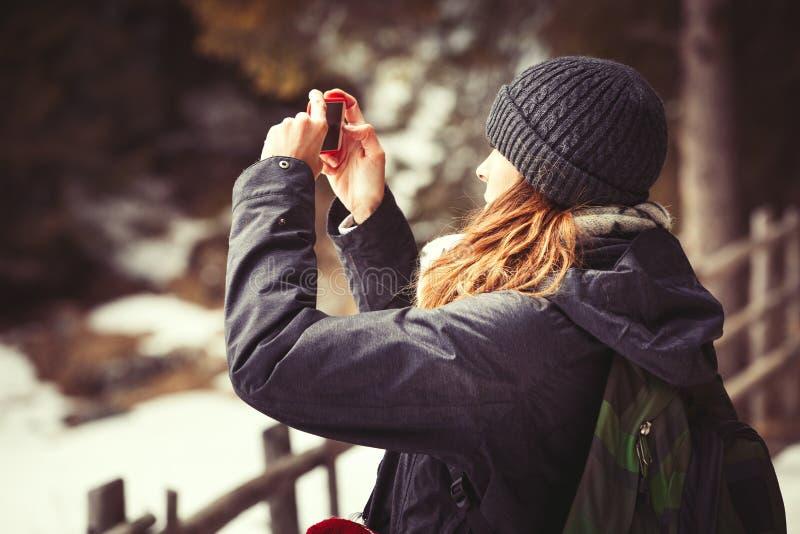 Γυναίκα τουριστών περιπέτειας που παίρνει μια εικόνα πεζοπορία στοκ εικόνες