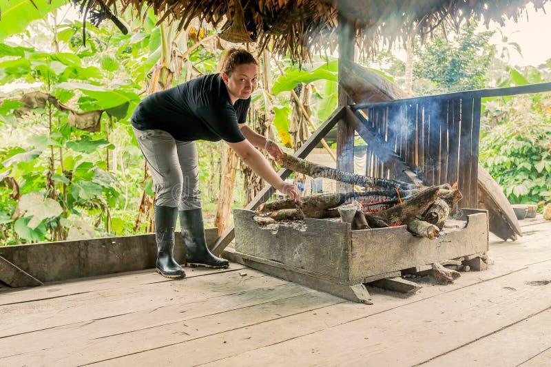 Γυναίκα τουριστών στην αμαζόνεια ζούγκλα στοκ εικόνα με δικαίωμα ελεύθερης χρήσης