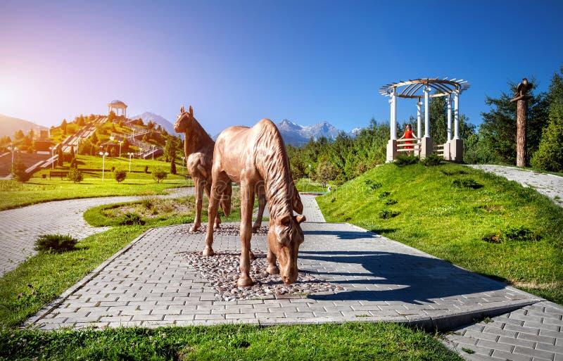 Γυναίκα τουριστών στο πάρκο με τα άλογα στοκ εικόνες